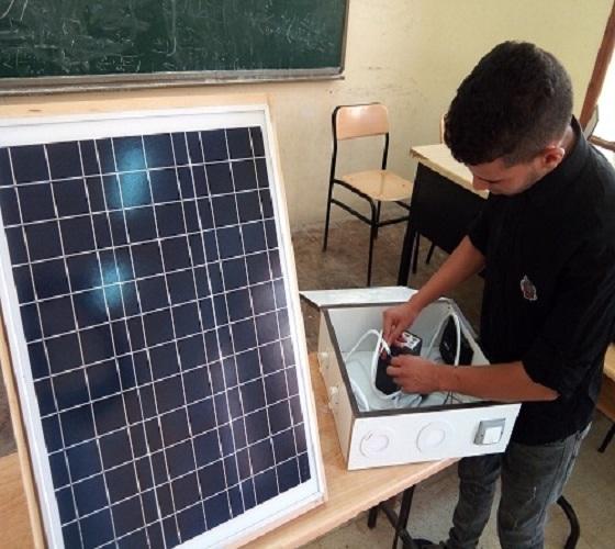 طلبة قسم الهندسة الكهربائية بكلية التكنولوجيا يبدعون في مشاريع التخرج بابتكار تطبيقات خاصة بإشارات المرور لسيارات الأولوية وبلوحات الطاقة الشمسية وتوليدها وموقف سيارات ذكي والتحكم بالسيارة عن بعد