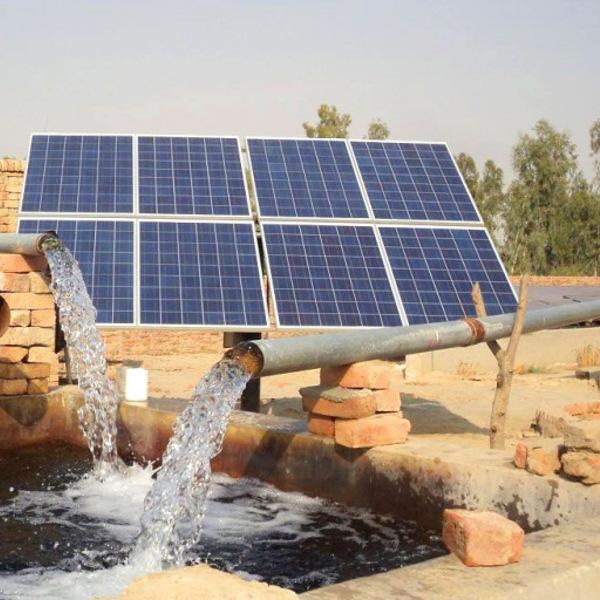 خبراء يدعون إلى ضرورة انتقال الجزائر بطريقة تدريجية نحو الطاقة المتجددة من خلال إنجاز أنظمة الطاقة الشمسية وطاقة الرياح.